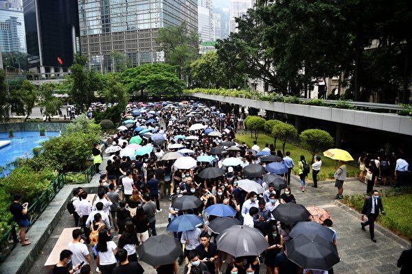 2019年8月23日,香港會計界發起反送中遊行,約有5千人參加。(LILLIAN SUWANRUMPHA/AFP/Getty Images)