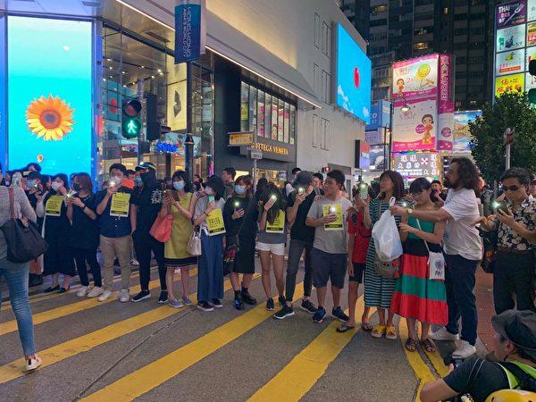 2019年8月23日晚,【香港之路】萬人牽手爭民主活動今晚已啟動,圖為銅鑼灣人鏈舉燈。(駱亞/大紀元)  19:00
