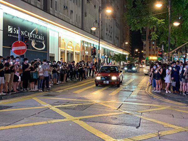 2019年8月23日晚,【香港之路】萬人牽手爭民主活動今晚已啟動,圖為銅鑼灣人鏈舉燈。(駱亞/大紀元)