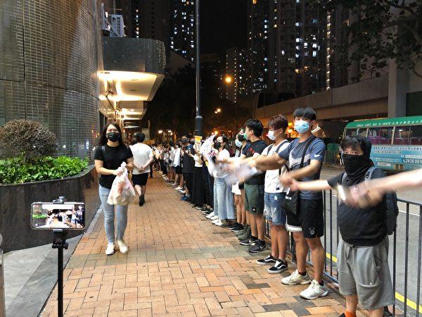 2019年8月23日晚,【香港之路】萬人牽手爭民主活動今晚已啟動,葵芳站人鏈。 (葉依帆/大紀元)