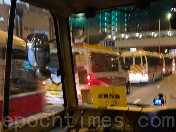 2019年8月23日晚上10點40分,葵芳站附近的葵涌道二十多輛特警車躲在天橋底下。(駱亞/大紀元)