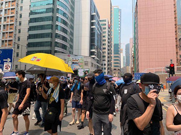 2019年8月24日,參與觀塘遊行的人士開始出發。(駱亞/大紀元)