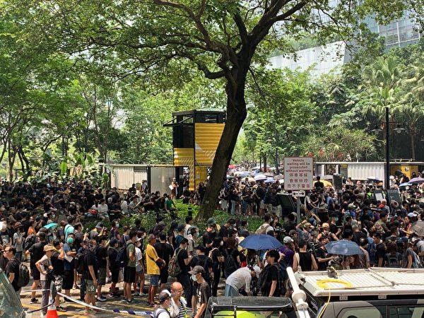 2019年8月24日,在觀塘駿業公園的人們等待遊行。雖然公園很小,但聚集的人越來越多。(駱亞/大紀元)