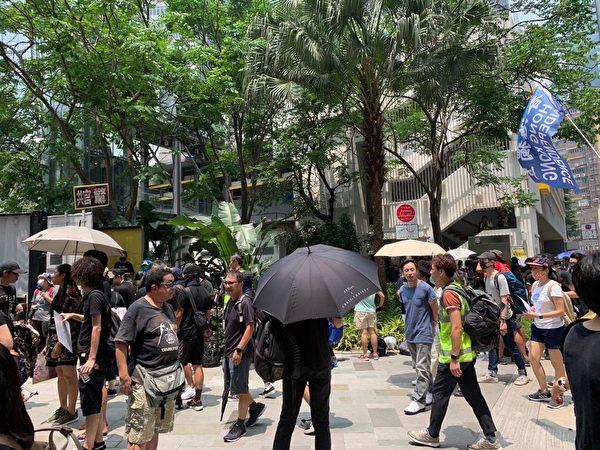2019年8月24日,觀塘駿業公園的人們正等待遊行。(駱亞/大紀元)