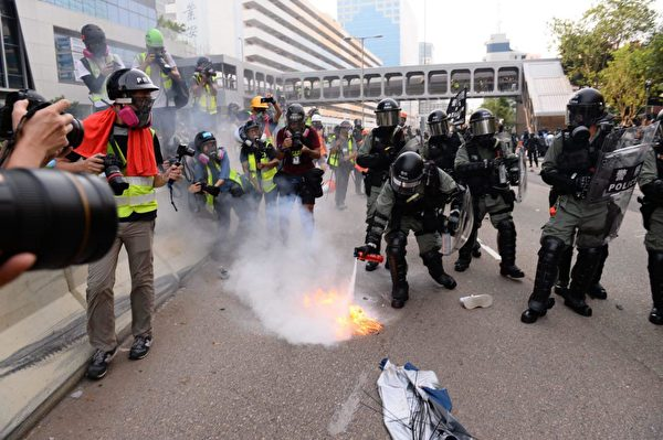 2019年8月24日下午,防暴警察在牛頭角警署外釋放催淚彈,又撲滅汽油彈。(宋碧龍/大紀元)