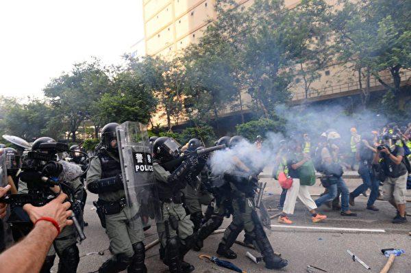 2019年8月24日下午,防暴警察在牛頭角警署外釋放催淚彈。(宋碧龍/大紀元)