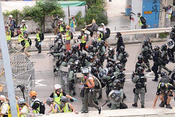 8月24日,港人舉辦九龍東觀塘大遊行,警方清場。(宋碧龍/大紀元)