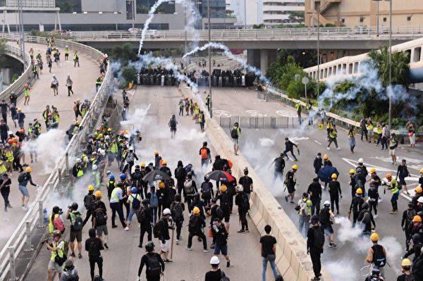 8月24日,港人舉辦九龍東觀塘大遊行,偉業街的示威者將防線往前拉。(宋碧龍/大紀元)