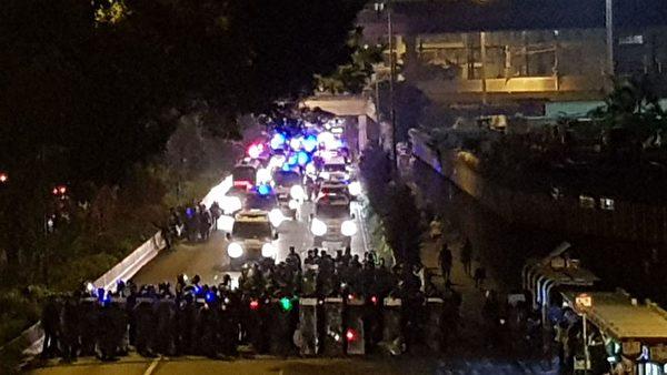 8月24日晚上,警方在九龍灣設防線。(駱亞/大紀元)