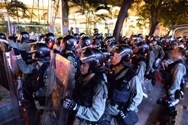 2019年8月24日,港人舉辦九龍東觀塘8月24日,大遊行,一隊警力在牛頭角下村。(宋碧龍/大紀元)