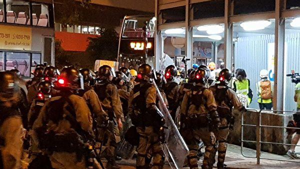 8月24日晚上,在九龍灣大批防暴警察往前推進清場。(駱亞/大紀元)