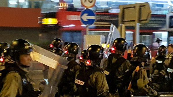 2019年8月24日晚上,在九龍灣大批防暴警察往前推進清場。(駱亞/大紀元)