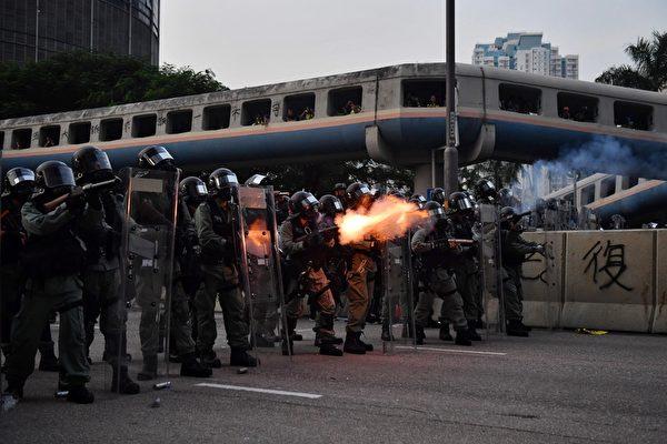 2019年8月24日,香港九龍灣,警方發射催淚彈驅趕民眾。(LILLIAN SUWANRUMPHA/AFP/Getty Images)