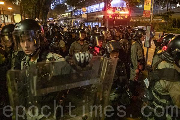2019年8月24日,香港九龍灣警察清場。(余鋼/大紀元)