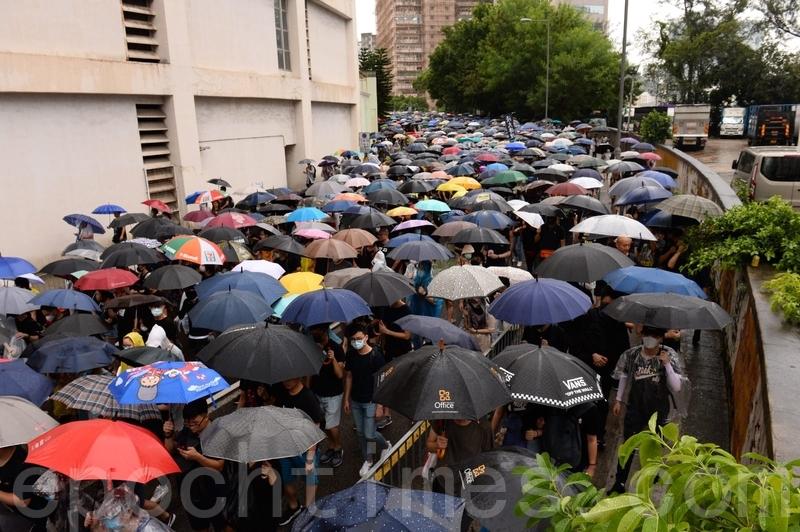 【8.25反送中組圖】荃葵青遊行 港人冒雨上街頭