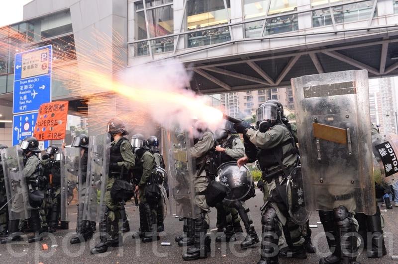 警方不停在楊屋道發射催淚彈。(宋碧龍/大紀元)