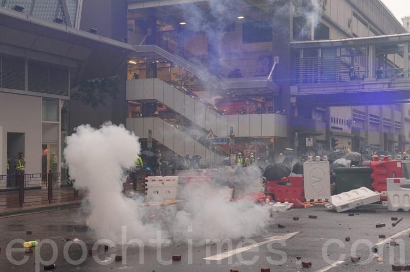 2019年8月25日,警方不停在楊屋道發射催淚彈。(宋碧龍/大紀元)