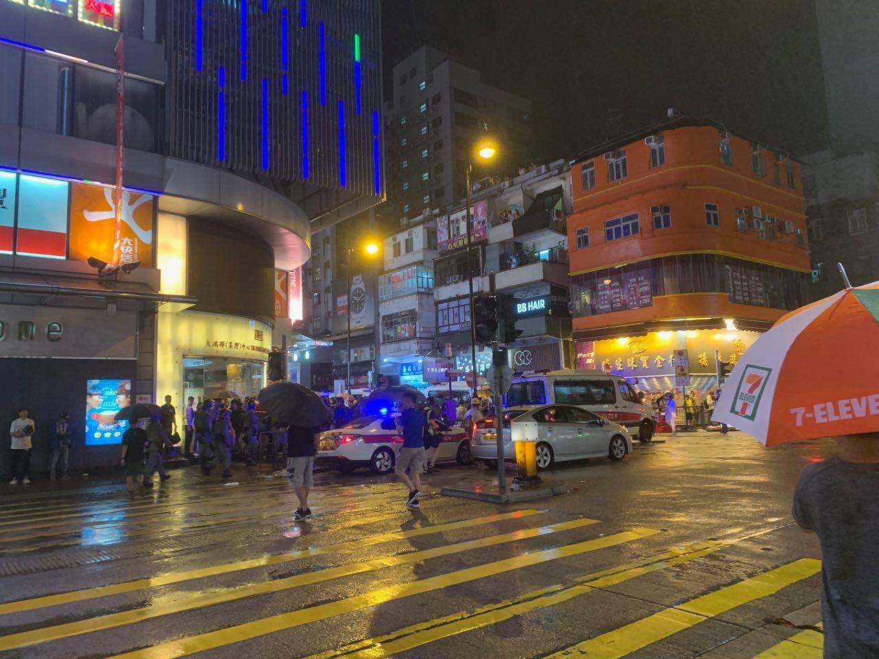 2019年8月25日,在荃灣沙咀道, 有速龍小隊跟市民再度發生衝突,來了大量警車(駱亞/大紀元)