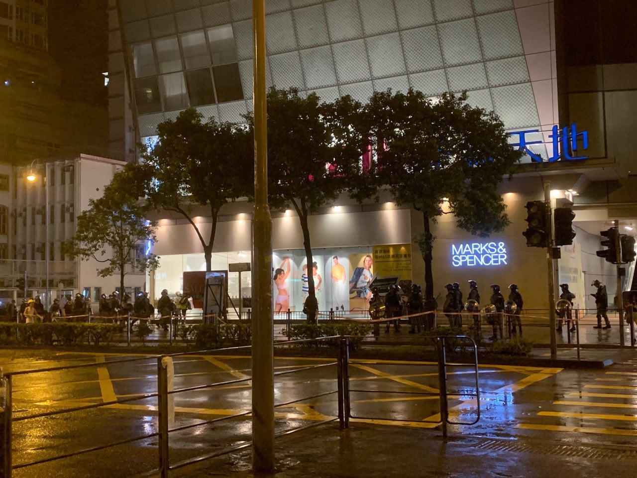 2019年8月25日晚上,大量警察分成小隊在荃灣市中心巡邏。(駱亞/大紀元)