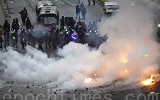 香港警方暴力升級 首次開真槍 動用水炮車