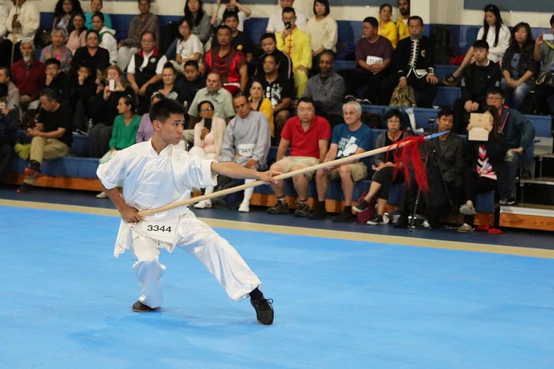 8月25日,在第六屆新唐人武術大賽複賽中,男子器械組選手劉大雁表演六合螳螂派梨花槍,獲得金獎。(張學慧/大紀元)