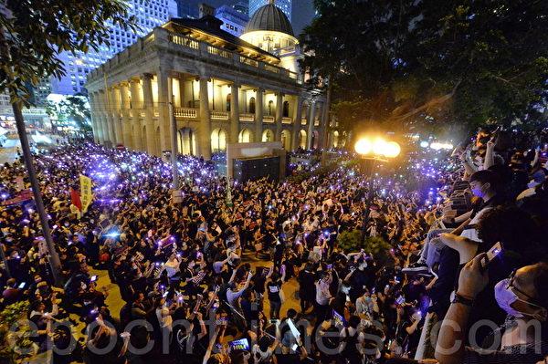 Me Too集會晚上八時在中環遮打花園舉行,抗議警方濫暴和施行性暴力。(宋碧龍/大紀元)