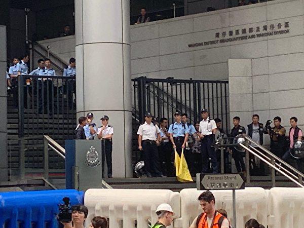 港人8月31日發起不同形式的活動,繼續抗議。圖為基督徒發起在灣仔修頓球場為香港罪人林鄭月娥祈福大遊行,遊行隊伍抵達警察總部外。(駱亞/大紀元)