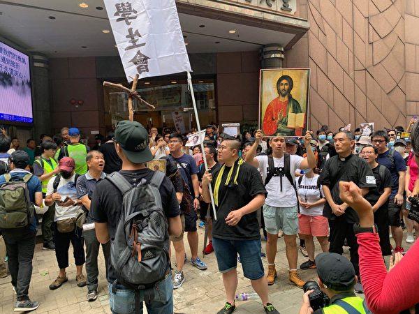 港人8月31日發起基督徒發起在灣仔修頓球場為香港罪人林鄭月娥祈福大遊行。圖為在循道衛理香港堂民眾。(駱亞/大紀元)