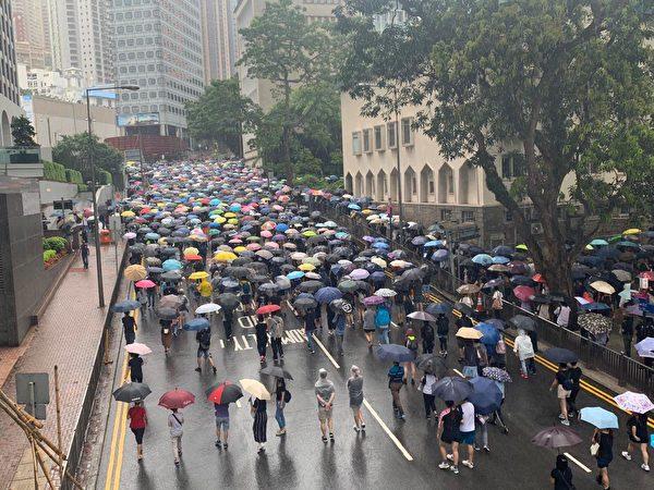 港人8月31日發起基督徒發起在灣仔修頓球場為香港罪人林鄭月娥祈福大遊行。圖為大批在遮打花園民眾,準備前往聖若瑟座堂祈禱。(駱亞/大紀元)
