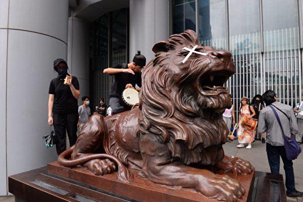 港人8月31日發起不同形式的活動,繼續抗議。遊行隊伍擠爆遮打花園,圖為匯豐銀行前的獅子像。(駱亞/大紀元)