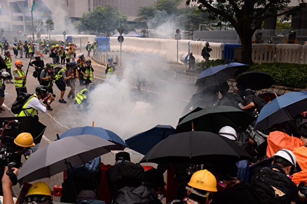 港人8月31日發起不同形式的活動,繼續抗議。圖為中共駐港軍營警方依舊瘋狂發射催淚彈,抗議者依舊將催淚彈扔進軍營,並未退卻。(宋碧龍/大紀元)