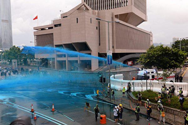 港人8月31日發起不同形式的活動,繼續抗議。圖為中共駐港軍營警方用水炮車對付抗議民眾。(宋碧龍/大紀元)