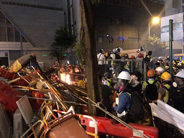 港人8月31日發起不同形式的活動,繼續抗議。灣仔示威者燃燒物品。(梁珍/大紀元)