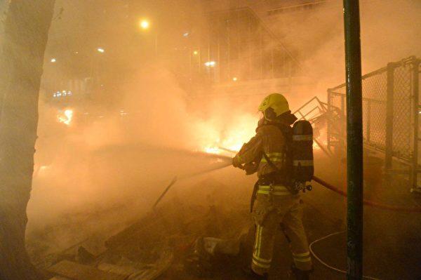 港人8月31日發起不同形式的活動,繼續抗議。灣仔處有人燃燒雜物,約半小時後,消防車才抵達滅火。(宋碧龍/大紀元)
