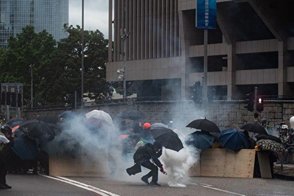 8月31日,港警在政府總部附近對抗議者瘋狂發射催淚彈,民眾並未退卻。(PHILIP FONG/AFP/Getty Images)