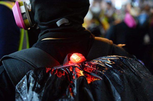 港人8月31日發起不同形式的活動,繼續抗議。今天很多丟汽油彈的大都是背後有亮LED燈的黑警們裝備齊全。(宋碧龍/大紀元)