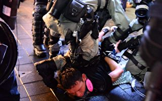 【更新】深夜港警暴力升級 地鐵站打人抓人