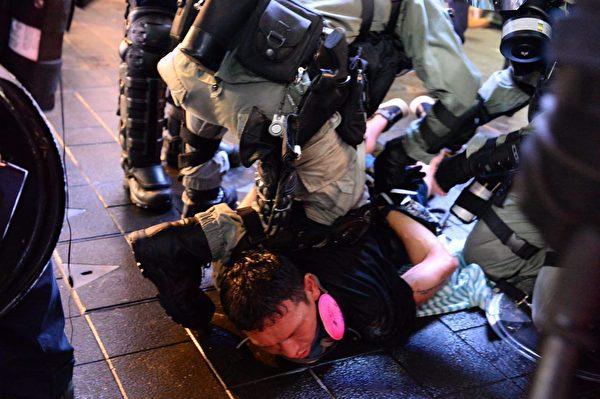港人8月31日發起不同形式的活動,繼續抗議。銅鑼灣有抗議者被警方抓到。(宋碧龍/大紀元)
