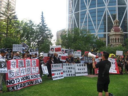 8月4日下午,加拿大卡加利百餘港人在市中心集會,聲援香港反送中活動。(林採楓 / 大紀元)