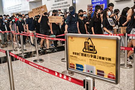 8月12日,在香港機場大廳裡進行的抗議活動秩序井然,一位香港立法會議員表示,關閉香港機場是為了讓旅客將矛頭指向抗議者。(Anthony Kwan/Getty Images)