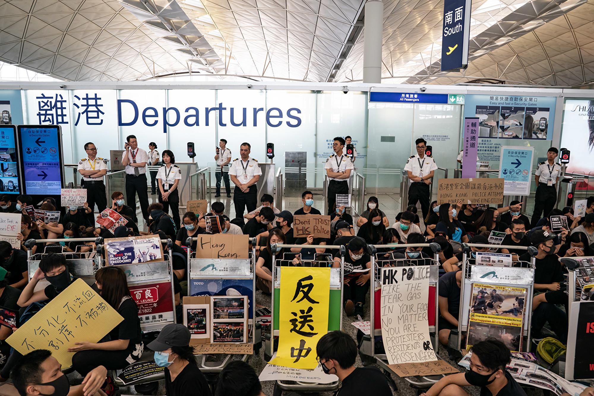 香港機場取消航班 澳旅客見證示威秩序良好