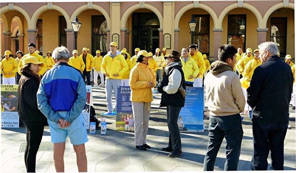 悉尼部份法輪功學員在帕拉馬塔(Parramatta)市中心舉行反迫害集會,向民眾傳遞真相。(安平雅/大紀元)