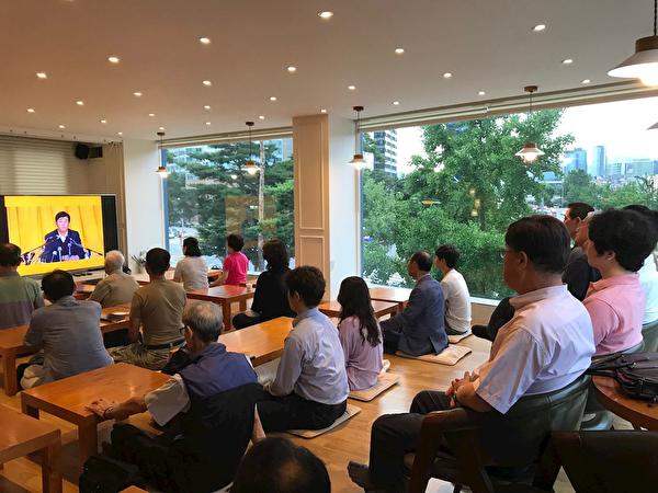 新入門的學員們在觀看法輪功師父李洪志大師的廣州講法錄像。(明慧網)