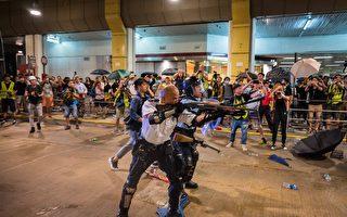 香港警察举枪指向市民引争议