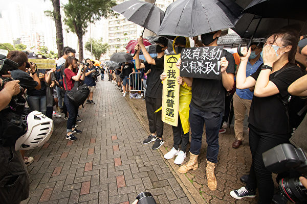 7月31日香港東區裁判法院外,有市民舉起「沒有暴動 只有暴政」等標語,聲援被告的44人。(蔡雯文/大紀元)