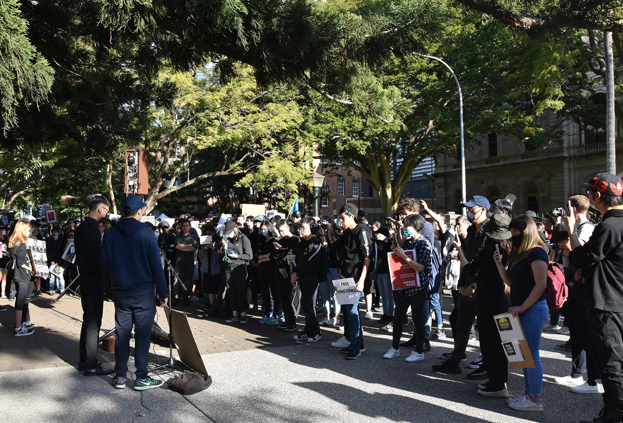 7月28日下午,在布里斯本議會大樓前演講者之角,香港學生介紹了7月24日他們在昆大聲援香港反送中時遭到中國學生暴力襲擊。(楊裔飛/大紀元)