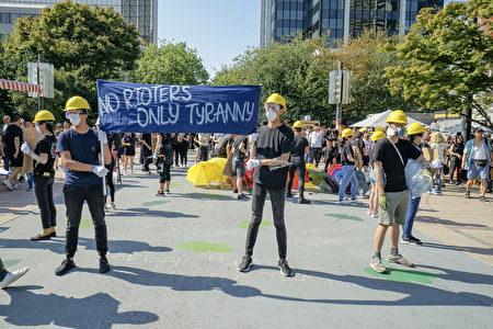 8月3日,溫哥華逾千人在藝術館前集會,支持香港示威者反送中,要雙普選。圖為集會人士展示香港年輕人抗暴救港行動。(Canadians Concerned About Hong Kong授權)