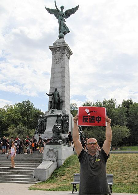 滿地可人艾瑞克(Eric)雙手高舉「反送中」的標牌,聲援香港人爭取自由。(解淵/大紀元)