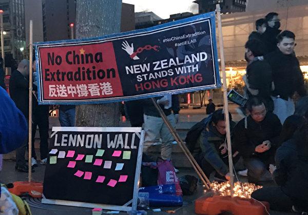 8月16日晚,奧克蘭中心舉行集會,聲援香港反送中。(易凡/大紀元)