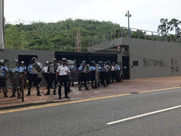 將軍澳警署外,示威者投擲雜物,警署有窗戶遭損毀。(蔡雯文/大紀元)